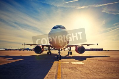 Poster O avião está taxiando para decolar no nascer do sol