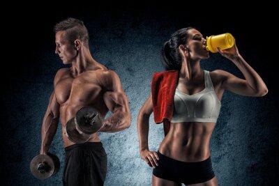 Poster O homem atlético e uma mulher com dumbells.