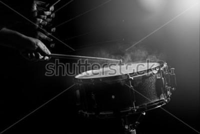 Poster O homem está tocando tarola com pouca luz de fundo.
