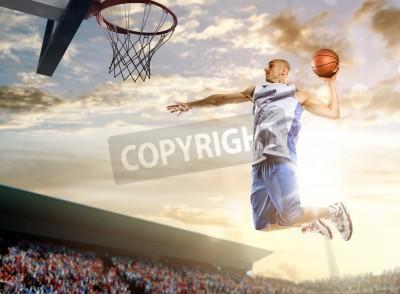 Poster O jogador de basquete em ação no fundo do céu e da multidão