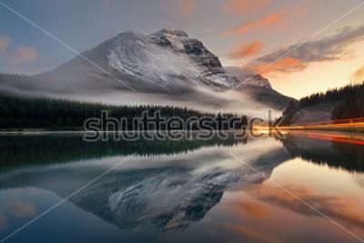 Poster O lago mountain e o sinal arrastam com reflexão e névoa no por do sol no parque nacional de Banff, Canadá.