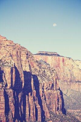 Poster O vintage tonificou a lua sobre montanhas no parque nacional de Zion, EUA.