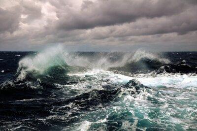 Poster onda do mar no Oceano Atlântico durante a tempestade