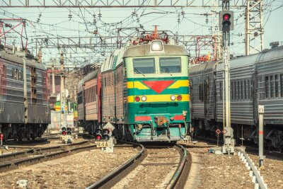 Poster Os trens de passageiros da estação de seguir em frente no tempo do dia.