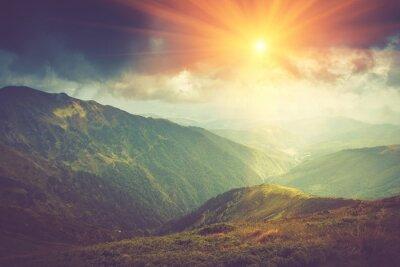 Poster Paisagem da montanha do verão na luz do sol. Trilha de caminhada nas colinas.