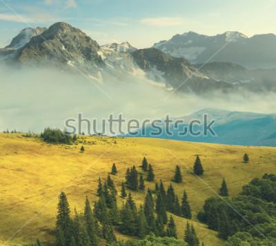 Poster paisagem de montanha, montanha rochosa em uma névoa beound colinas de grama