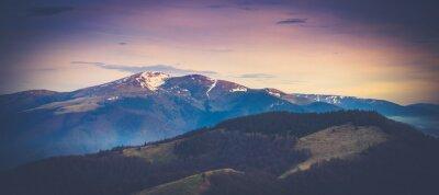 Poster Paisagem de montanha panorâmica na primavera.