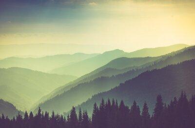 Poster Paisagem enevoada dos montes da montanha do verão.