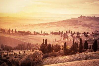 Poster Paisagem maravilhosa de Toscânia com árvores de cipreste, explorações agrícolas e cidades medievais pequenas, Italy. Por do sol do vintage