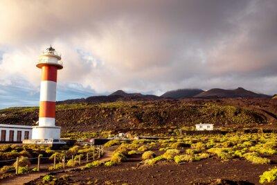 Poster Paisagem vulcânica com farol perto da fábrica de sal Fuencaliente na ilha de La Palma, na Espanha