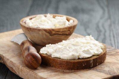 Poster pão de centeio com cream cheese na tabela de madeira