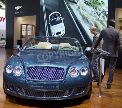 Poster Paris Motor Show 2010, em Paris, mostrando Bentley Continental GTC Série 5I