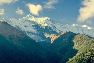 Poster Parte superior da montanha coberta com as nuvens.