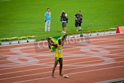Poster Pequim - 16 de agosto: Usain Bolt comemora segurando a bandeira jamaicana depois de definir novo recorde mundial 100 metros para homens