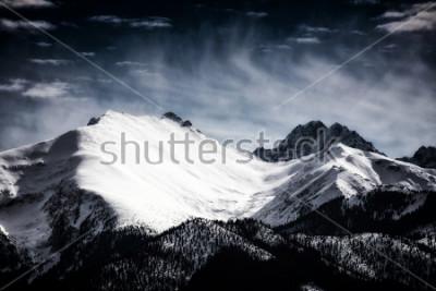Poster Picos cobertos de neve nas montanhas Tatra. Estilo filtrado