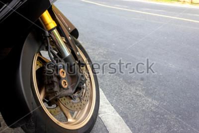 Poster Pinça de roda giratória e freio de disco abs de motocicleta, permanecendo na estrada