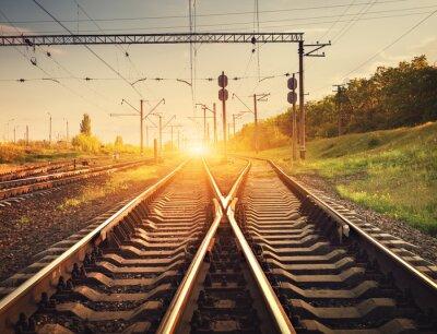 Poster Plataforma do trem de carga no por do sol. Estrada de ferro em Ucrânia. Estação ferroviária