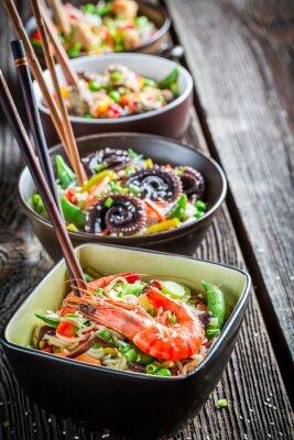 Poster Poucos asiática macarrão com frutos do mar tradicionais