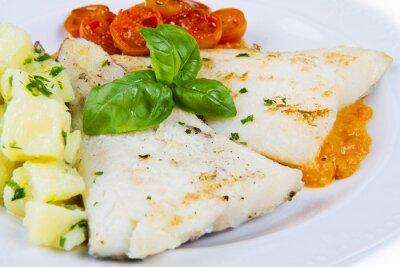 Poster prato branco de bacalhau preto fresco com batatas e molho de tomates