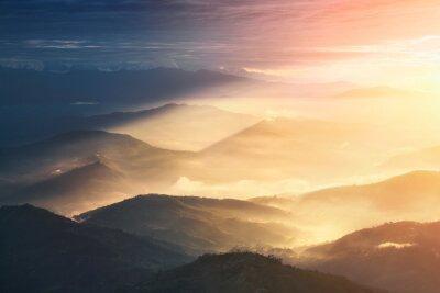 Poster Quando uma noite se torna um dia. Montes bonitos brilhantemente iluminados durante o nascer do sol.