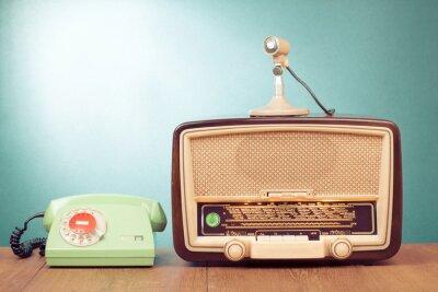 Poster Rádio retro com luz verde, microfone e telefone na mesa