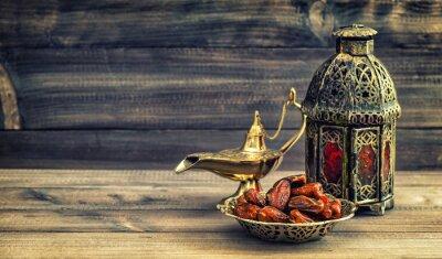 Poster Ramadan lâmpada e datas sobre fundo de madeira. lanterna oriental