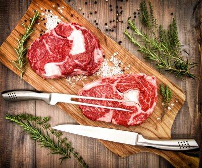 Poster Raw carne fresca Ribeye bife com ervas e especiarias. Estilo retrô