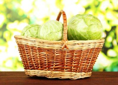 Poster Repolho verde na cesta de vime, no fundo brilhante