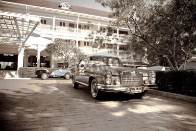 Poster Retro carro na parada do carro do vintage de 2010 no Sofitel Resort em 18 de dezembro de 2010, em Hua Hin, Tailândia.