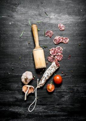 Poster Salami picante com tomates e alho.