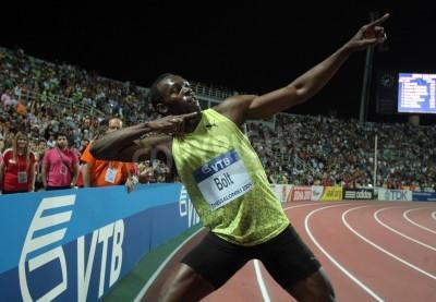 Poster Salónica, Grécia - setembro 12.2009: Usain Bolt termina primeiro a 100m homens para o evento principal da IAAF Mundial de Atletismo Finals em Kaftatzoglio Stadium