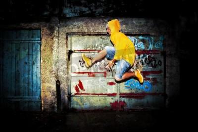 Poster Salto do homem novo / dança no grunge parede do fundo dos grafittis
