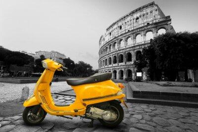 Poster Scooters amarelo do vintage no fundo do Coliseu