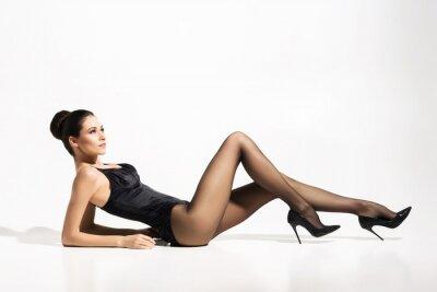Poster Senhora bonita, magro que desgasta o pantyhose provocante sobre o fundo branco.