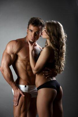 Poster Sexual bodybuilder abraços menina possessivamente