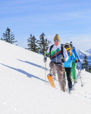 Poster Skitourengeher legen eine frische Spur em Pulverschnee