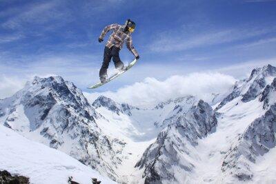Poster Snowboard salto nas montanhas. Esporte radical.