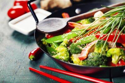 Poster stir fry coloridos em um wok