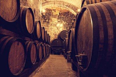 Poster Tambores de madeira com vinho em um cofre de vinho, Itália