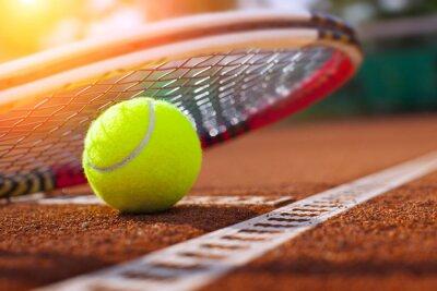 Poster .tennis bola em uma quadra de tênis