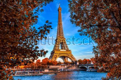 Poster Torre Eiffel de Paris e rio Seine em Paris, França. A Torre Eiffel é um dos marcos mais emblemáticos de Paris. Outono Paris.