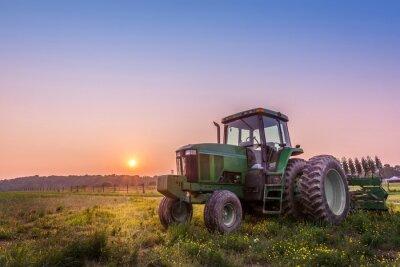 Poster Trator em um campo em uma fazenda de Maryland ao pôr do sol