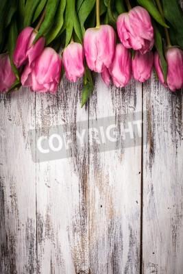 Poster Tulipas rosa sobre gasto tabela de madeira branca