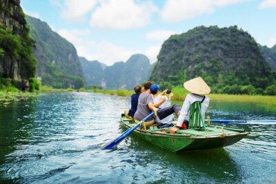 Poster Turistas tirando fotos. Rower usando seus pés para impulsionar remos