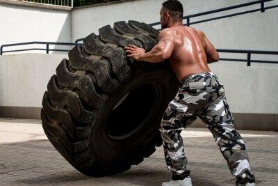 Poster Um homem muscular participando de um treino de ajuste da cruz