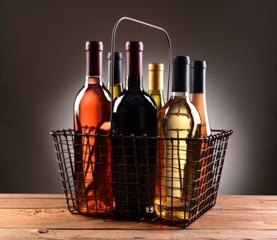 Poster Uma cesta de compras de arame preenchido com garrafas de vinho