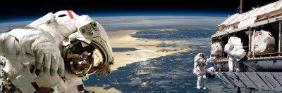 Poster Uma equipe dos astronautas que executam o trabalho em uma estação espacial. - Elementos desta imagem fornecida pela NASA.