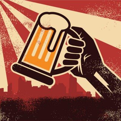 Poster Uma mão segurando cerveja fazendo um brinde poster