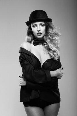 Poster Uma mulher no casaco de um homem. Preto e branco.