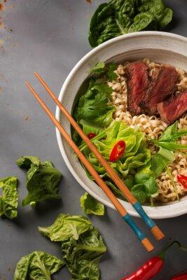 Poster Uma tigela de macarrão chinês com carne, repolho chinês